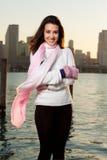 Mujer bastante joven a lo largo de la bahía con horizonte Fotos de archivo libres de regalías
