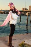 Mujer bastante joven a lo largo de la bahía con horizonte Fotografía de archivo libre de regalías