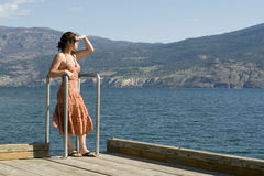 Mujer bastante joven por el lago Fotos de archivo