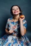 Mujer bastante joven que cae una manzana Fotos de archivo libres de regalías