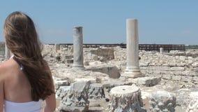 Mujer bastante joven que camina cerca de las ruinas metrajes