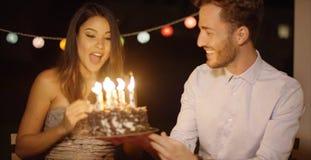 Mujer bastante joven que celebra su cumpleaños Imagen de archivo libre de regalías