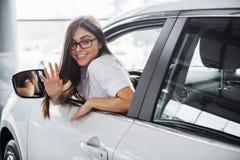 Mujer bastante joven que conduce el nuevo coche fotos de archivo libres de regalías