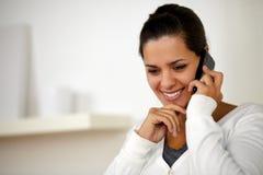 Mujer bastante joven que conversa en el teléfono móvil Fotos de archivo libres de regalías