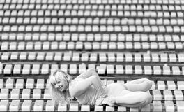 Mujer bastante joven que hace asanas de la yoga en el parque foto de archivo