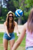 Mujer bastante joven que juega con una bola en el parque de la ciudad - puesta del sol Imágenes de archivo libres de regalías