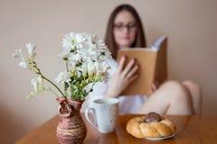 Mujer bastante joven que lee un libro Foto de archivo libre de regalías