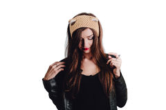 Mujer bastante joven que lleva un sombrero beige tejido a mano en el fondo blanco Aislado Muchacha hermosa adentro con la aleta d Fotografía de archivo libre de regalías