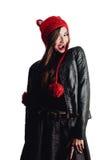 Mujer bastante joven que lleva un sombrero rojo tejido a mano en el fondo blanco Aislado Muchacha hermosa adentro con la aleta de Fotografía de archivo