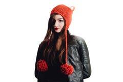 Mujer bastante joven que lleva un sombrero rojo tejido a mano en el fondo blanco Aislado Muchacha hermosa adentro con la aleta de Fotografía de archivo libre de regalías