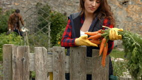 Mujer bastante joven que mira zanahorias almacen de video
