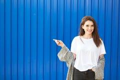Mujer bastante joven que señala al espacio de la copia Fondo para una tarjeta de la invitación o una enhorabuena foto de archivo libre de regalías
