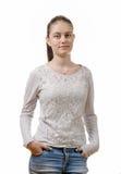 Mujer bastante joven que se coloca en el fondo blanco Fotos de archivo