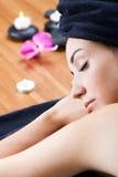 Mujer bastante joven que se relaja en el balneario Fotos de archivo