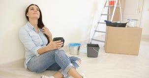 Mujer bastante joven que se relaja mientras que renueva Foto de archivo libre de regalías