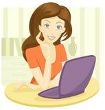 Mujer bastante joven que se sienta con una computadora portátil Foto de archivo