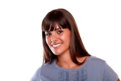 Mujer bastante joven que sonríe y que le mira Foto de archivo libre de regalías