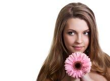 Mujer bastante joven que sostiene la flor rosada Fotos de archivo