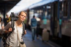 Mujer bastante joven que sube a un tren Imagen de archivo libre de regalías