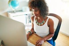 Mujer bastante joven que trabaja en un comienzo encima del negocio foto de archivo libre de regalías