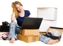 Mujer bastante joven que usa almacenes en línea Foto de archivo libre de regalías