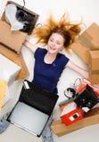 Mujer bastante joven que usa almacenes en línea Imagen de archivo libre de regalías