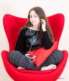 Mujer bastante joven que usa el teléfono móvil Fotografía de archivo libre de regalías