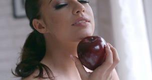 Mujer bastante joven sensual que sostiene Apple rojo metrajes