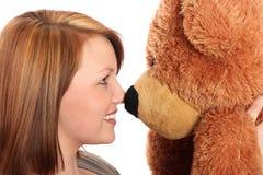 Mujer bastante joven y su oso del peluche Fotos de archivo
