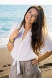 Mujer bastante larga del pelo que presenta en la playa Imagen de archivo libre de regalías
