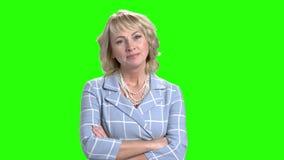 Mujer bastante madura que sonríe en la pantalla verde almacen de video