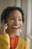 Mujer bastante negra en el teléfono celular Imagen de archivo libre de regalías