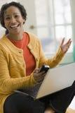 Mujer bastante negra en pho de la célula Imagen de archivo libre de regalías