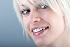 Mujer bastante rubia con una sonrisa hermosa Fotografía de archivo