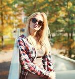 Mujer bastante rubia de la moda Foto de archivo