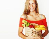 Mujer bastante rubia de los jóvenes en las compras con la comida en el aislador de la bolsa de papel Fotografía de archivo libre de regalías