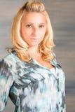 Mujer bastante rubia en camisa azul Fotografía de archivo libre de regalías