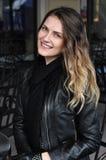 Mujer bastante rubia en chaqueta negra Fotos de archivo