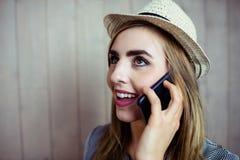 Mujer bastante rubia en el teléfono Fotografía de archivo libre de regalías
