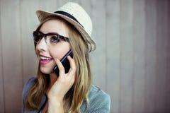 Mujer bastante rubia en el teléfono Foto de archivo