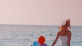 Mujer bastante rubia que se divierte en la playa metrajes