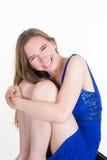 Mujer bastante rubia que sonríe en la cámara aislada Fotografía de archivo