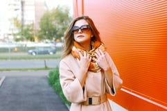 Mujer bastante sensual en la capa que presenta en la ciudad, moda de la calle Fotografía de archivo libre de regalías