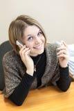 Mujer bastante suave del pelo que llama con dos móviles fotos de archivo libres de regalías