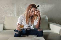 Mujer bebida alcohólico deprimido triste que bebe en casa en abuso de alcohol del ama de casa y alcoholismo fotografía de archivo