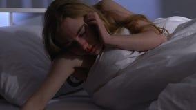 Mujer bebida que miente para dormir con la botella vacía, adicción al alcohol, consumo compulsivo de alcohol almacen de metraje de vídeo