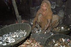 Mujer bengalí que trabaja en la batería que recicla industria Fotografía de archivo