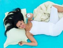 mujer Bien-descansada que despierta Foto de archivo libre de regalías
