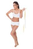 Mujer bien proporcionada que mide su cintura Foto de archivo
