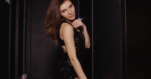 Mujer bien vestida atractiva en oscuridad almacen de metraje de vídeo